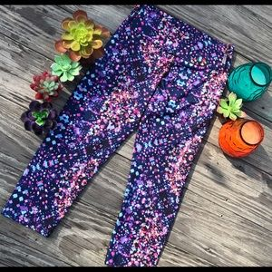 Pants - Small patterned purple cropped work out leggings.